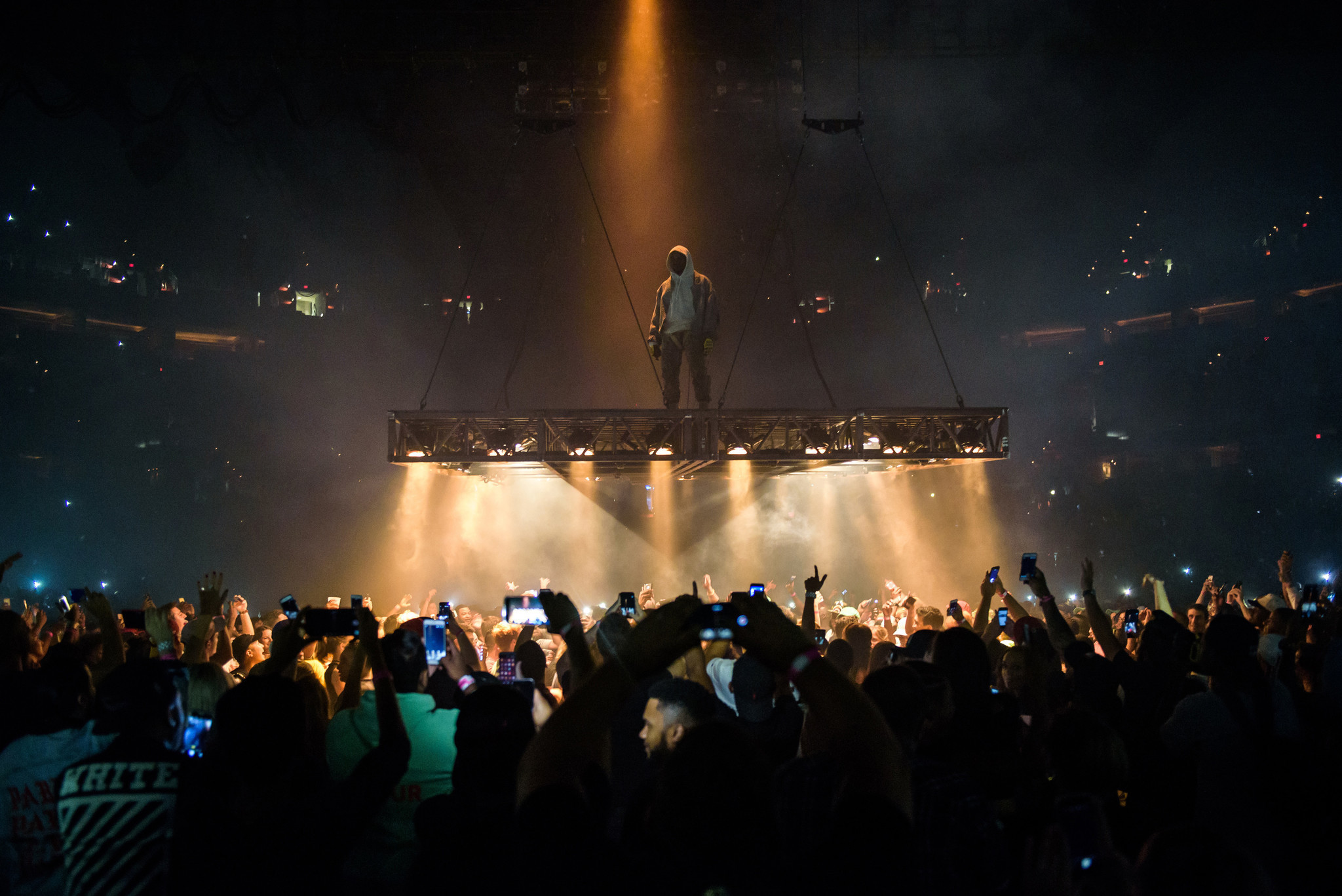 Watch Kanye West Pause A Concert When He Spots Kevin Durant In The Mosh Pit bal kanye west verizon center review 20160909