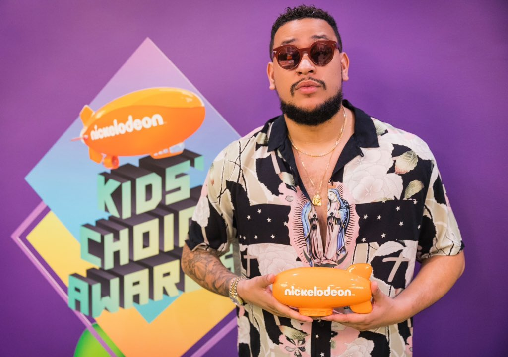 aka AKA Scoops Nickelodeon Kids Choice Awards D2b4aR0U8AA1YxQ